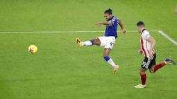 Striker Everton, Dominic Calvert-Lewin, melepaskan tendangan ke gawang Sheffield United pada laga Liga Inggris di Stadion Bramall Lane, Sabtu (26/12/2020). Everton menang dengan skor 1-0. (George Wood/Pool via AP)