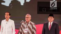 Ketua KPU Arief Budiman (tengah) bersama capres nomor urut 01 Joko Widodo (kiri) dan capres nomor urut 02 Prabowo Subianto bernyanyi Indonesia Raya saat memulai debat kedua Pilpres 2019 di Hotel Sultan, Jakarta, Minggu (17/2). (Liputan6.com/Faizal Fanani)