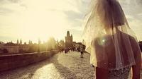 Pavlina Melicharova melihat matahari di Praha, Republik Ceko. Apa yang sudah dilakukannya ini membuat Pavlina bertemu banyak orang baru. Di antaranya ada para pria yang tertarik dan kemudian melamarnya untuk menikah. (facebook.com/TravellingBride)