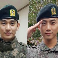 Kim Soo Hyun dan Taecyeon mendapatkan promosi lebih awal sebagai sersan.(Foto: Soompi)