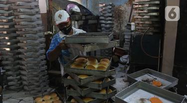 Pekerja menyelesaikan pembuatan roti skala rumahan di kawasan Bendungan Hilir, Jakarta, Selasa (22/6/2021). Menteri Koordinator Perekonomian Airlangga Hartarto mencatat realisasi penyaluran Kredit Usaha Rakyat (KUR) mencapai Rp111,99 triliun hingga 14 Juni 2021. (Liputan6.com/Angga Yuniar)