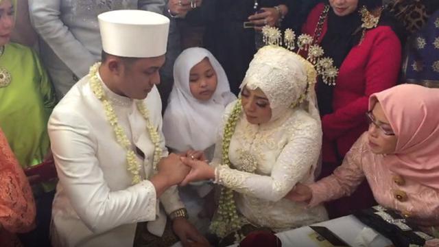 Muzdalifah Dan Suami Berondong Gelar Resepsi Pernikahan