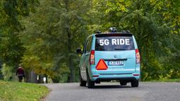 Bus listrik otonomos 5G melaju di rute sepanjang 1,5 kilometer dalam proyek uji coba selama dua pekan, yang bertujuan menggunakan teknologi pengendaraan otonomos 5G untuk solusi transportasi masa depan, di Djurgarden, Stockholm, ibu kota Swedia (30/9/2020). (Xinhua/Wei Xuechao)