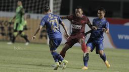 Striker PSM Makassar, Ferdinand Sinaga, berusaha melewati pemain Persib Bandung pada laga lanjutan Liga 1 di Stadion GBLA, Bandung, Rabu, (5/7/2017). Persib menang 2-1 atas PSM. (Bola.com/M Iqbal Ichsan)