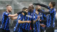 Para pemain Inter Milan merayakan gol pertama yang dibuat striker Romelu Lukaku dalam laga lanjutan Liga Italia Serie A pekan ke-9 melawan Bologna di San Siro Stadium, Sabtu (5/12/2020). Inter milan mengalahkan Bologna 3-1. (AP/Antonio Calanni)