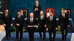 Tim rugbi nasional Selandia Baru, All Blacks berjalan usai menerima Princess of Asturias Award 2017 kategori olahraga dari Raja Spanyol di Campoamor Theatre di Oviedo, Spanyol (20/10). (AFP Photo/Miguel Riopa)
