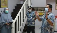 Wali Kota Tangerang, Arief R Wismansyah meninjau rumah yatim di wilayahnya. (Pramita Tristiawati/Liputan6.com)
