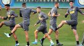 Para pemain Inter Milan melakukan pemanasan saat mengikuti sesi latihan tim di pusat pelatihan Suning di Appiano Gentile, Como, Italia (22/10/2019). Inter Milan akan bertanding melawan wakil Jerman, Borussia Dortmund pada grup F Liga Champions. (Matteo Bazzi / ANSA via AP)