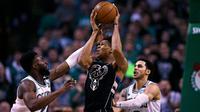 Pebasket Boston Celtics, Jaylen Brown, menghadang pebasket Milwaukee Bucks, Giannis Antetokounmpo, pada gim kedua babak play off NBA di Stadion TD Garden, Rabu (18/4/2018). Celtics menang 120-106 atas Bucks. (AP/Charles Krupa)