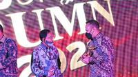 CEO PTPN V Jatmiko K Santosa menerima trophy penghargaan 10th Anugerah BUMN dari Ketua Dewan Juri di Jakarta, Kamis malam. (Liputan6.com/Istimewa)