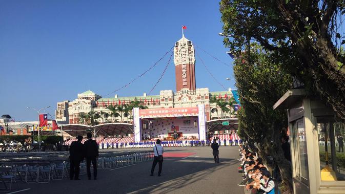 Warga akan menghadiri peringatan Hari Kemerdekaan Taiwan ke-108 di Taipei. (Liputan6.com/Teddy Tri Setio Berty)