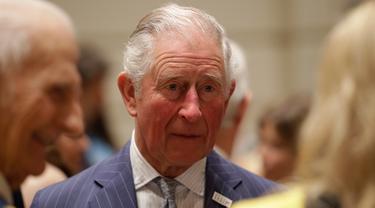 File foto 3 Maret 2020 memperlihatkan reaksi Pangeran Charles selama kunjungannya ke Royal College of Music di London. Pangeran Charles yang kini berusia 71 tahun positif tertular corona (COVID-19) dan sedang menjalani karantina di Skotlandia. (Matt Dunham / POOL / AFP)