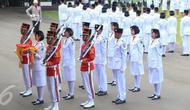 Anggota Pasukan Pengibar Bendera (Paskibraka) bersiap untuk menaikkan bendera merah putih saat Upacara Peringatan Detik-detik Proklamasi 17 Agustus di halaman Istana Merdeka, Jakarta, Senin (17/8/2015). (Liputan6.com/Faizal Fanani)