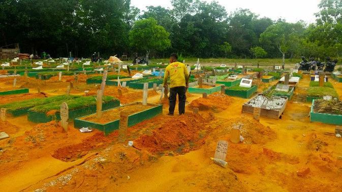 Belasan makam ambles di TPU Payung Sekaki Pekanbaru sudah diperbaiki oleh penjaga di sana. (Liputan6.com/M Syukur)