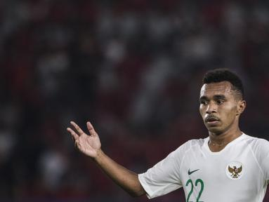 Gelandang Timnas Indonesia, Todd Rivaldo, memberikan semangat ke rekan-rekannya saat melawan Qatar pada laga AFC U-19 Championship di SUGBK, Jakarta, Minggu (21/10). Indonesia kalah 5-6 dari Qatar. (Bola.com/Vitalis Yogi Trisna)