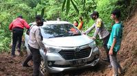 Polisi bersama warga dan relawan mengevakuasi mobil yang tersesat di hutan kawasan Majalengka. Foto (istimewa)
