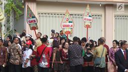 Sejumlah relawan menyaksikan prosesi kirab kereta kencana pernikahan putri Presiden Jokowi,  Kahiyang Ayu-Bobby Nasution saat menuju Gedung Graha Saba di Surakarta, Rabu (8/11). (Liputan6.com/Angga Yuniar)