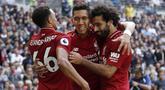 Para pemain Liverpool merayakan gol yang dicetak oleh Roberto Firmino ke gawang Tottenham Hotspur pada laga Premier League di Stadion Wembley, Sabtu (15/9/2018). Tottenham Hotspur takluk 1-2 dari Liverpool. (AFP/Adrian Dennis)