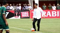 Aksi Presiden Jokowi, Tandai Pembukaan Turnamen Piala Presiden 2017. (Liputan6.com/Helmi Fithriansyah)