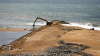 Alat berat dikerahkan untuk proyek reklamasi di pesisir Kolombo, Sri Lanka, Selasa (9/8).Proyek besar ini merupakan hasil kerjasama antara pemerintah Sri Lanka dan Tiongkok. (REUTERS/Dinuka Liyanawatte)