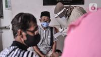 Warga lansia duduk istrahat usai mengikuti vaksin Covid-19 di Puskesmas Kecamatan Cilincing, Jakarta, Selasa (23/2/2021). Pemerintah mulai melakukan vaksinasi tahap dua yang diprioritaskan untuk masyarakat usia 60 tahun ke atas atau lansia. (merdeka.com/Iqbal S. Nugroho)