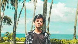 Beberapa waktu lalu Angga Yunanda kedapatan menghabiskan waktunya di kota kelahirannya, Lombok. Aktor kelahiran 16 Mei 2000 ini makin tampan mengenakan kemeja pattern dipadukan dengan tshirt polos. Angga memang dikenal tak mau ribet dengan outfit liburannya.(Liputan6.com/IG/@anggayunandareal16)