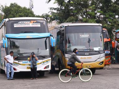 Sejumlah bus AKAP terparkir di terminal Kalideres, Jakarta Barat, Kamis (30/7/2020). Pemerintah Provinsi DKI Jakarta  mencabut syarat wajib surat izin keluar masuk (SIKM) bagi pengguna transportasi umum jarak jauh membawa angin segar di industri transportasi darat. (Liputan6.com/Angga Yuniar)