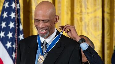 Presiden AS, Barack Obama, mengalungkan Medali Kebebasan Kepresidenan kepada legenda NBA, Kareem Abdul-Jabbar, di Gedung Putih, Selasa (22/11/2016) waktu setempat (AP)
