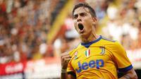 Penyerang Juventus, Paulo Dybala menunjukkan ekspresi usai menjebol jala Genoa, pada laga lanjutan Liga Italia Serie A 2017-2018, di Stadion Luigi Ferraris, Sabtu (26/8/2017).  (AFP/Marco Bertorello)