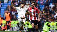 Aksi Marco Asensio pada laga lanjutan La Liga di pekan ke-33 yang berlangsung di Stadion Santiago Bernabeu, Madrid, Minggu (21/4). Real Madrid menang 3-0 atas Bilbao. (AFP/Gabriel Bouys)
