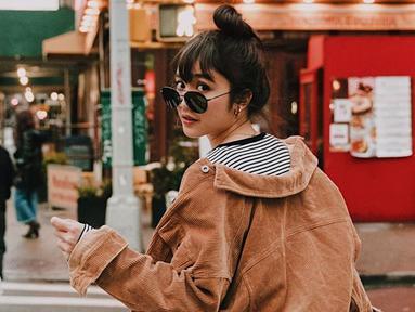 Kacamata menjadi salah satu fashion item yang tak boleh dilewatkan bagi wanita 24 tahun saat berlibur. Selain melindungi dari sinar matahari, penampilan Febby dengan kacamata lensa gelap ini membuat ia semakin modis. (Liputan6.com/IG/@febbyrastanty)