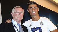Sir Alex Ferguson ikut bahagia  dengan keberhasilan Cristiano Ronaldo menjadi juara Liga Champions. (EPA)