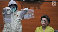 Komisi Pemberantasan Korupsi (KPK) menunjukkan barang bukti dalam OTT Kendari saat jumpa pers di Gedung KPK, Jakarta, Kamis (1/3). KPK menetapkan empat tersangka dalam OTT Kendari. (Liputan6.com/Herman Zakharia)