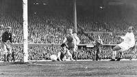 Alfredo Di Stefano (kanan) striker Real Madrid saat mencetak gol pertama pada final Liga Champions 1960 melawan Eintracht Frankfurt di Stadion Hampden Park, Glasgow. (AP/File)