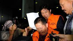 Kepala Bappeda Kab Musi Banyuasin, Faisyar (belakang) tertunduk usai menjalani pemeriksaan terkait kasus suap pembahasan RAPBD Kab Muba, Sumsel di gedung KPK Jakarta, Sabtu (20/6/2015). (Liputan6.com/Helmi Fithriansyah)