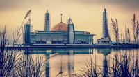 Al Alam, Masjid terapung yang terletak di tengah teluk Kota Kendari. Foto: (Ahmad Akbar Fua/Liputan6.com)