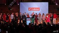 Perdana Menteri Selandia Baru Jacinda Ardern bersama mitranya, Clarke Gayford dan anggota partai Buruh berdiri di pesta Hari Pemilihan Buruh setelah Partai Buruh memenangkan pemilihan umum Selandia Baru di Auckland pada 16 Oktober 2020. (Foto: AFP / Michael Bradley)