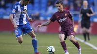 Gelandang Barcelona, Philippe Coutinho, berusaha melewati bek Deportivo La Coruna, Juanfran, pada laga La Liga di Stadion Riazor, Senin (30/4/2018). Barcelona menang 4-2 atas Deportivo La Coruna. (AP/Lalo R. Villar)
