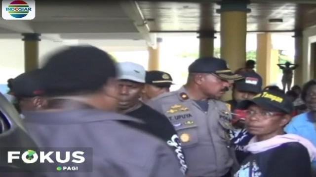 Aparat kepolisian yang tiba di lokasi kantor DPRD Mimika tidak bisa berbuat banyak dan hanya bisa menyaksikan aksi massa yang sedang emosi.