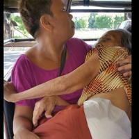Foto seorang wanita yang menggendong ibunya di dalam angkot ini langsung viral dan jadi perbincangan masyarakat dunia maya. (Foto: Facebook/Pinoy Scandal)