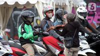Pengamen menampilkan aksinya di Jalan Margonda Raya, Depok, Kamis (16/4/2020). Pandemi COVID-19 memberikan dampak yang sangat besar bagi sosial dan ekonomi Indonesia. Bahkan yang paling dikhawatirkan bertambahnya angka kemiskinan dan pengangguran. (Liputan6.com/Helmi Fithriansyah)