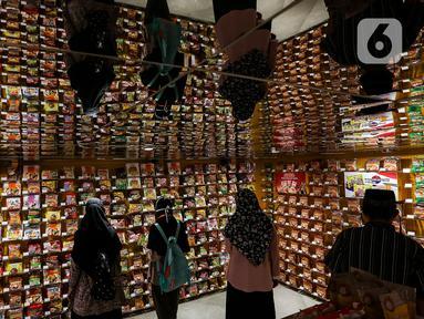Pengunjung berbelanja mi instan di salah satu store KKV, Central Park Mall, Jakarta, Jumat (8/1/2020). Store yang sengaja didesain instagrammable ini menawarkan ratusan merek mi instan dari dalam maupun luar negeri, seperti Singapura, Thailand, Korea Selatan, dan Jepang. (Liputan6.com/Johan Tallo)