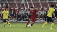 Gelandang Timnas Indonesia, Andik Vermansah, berusaha melewati pemain Malaysia pada laga kualifikasi Piala Dunia 2022 di SUGBK, Jakarta, Kamis (5/9). Indonesia takluk 2-3 dari Malaysia. (Bola.com/M Iqbal Ichsan)