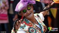 Buat Ibunda bahagia, pria berusia 74 tahun ini berpenampilan tiap akhir pekan selama 14 tahun lamanya. (Foto : odditycentral,com)