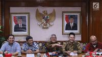 Ketua KPU Pusat, Arief Budiman (tengah) memberi keterangan usai menggelar pertemuan dengan sejumlah pakar hukum di Gedung KPU Pusat, Jakarta, Rabu (14/11). Pertemuan berlangsung tertutup. (Liputan6.com/Helmi Fithriansyah)
