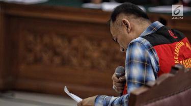 Aktor Tio Pakusadewo membacakan pledoi dalam sidang lanjutan kasus narkoba di Pengadilan Negeri Jakarta Selatan, Kamis (28/6). Tio membacakan langsung nota pembelaan dalam persidangan. (Liputan6.com/Faizal Fanani)