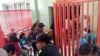 Pihak rumah sakit membuat posko untuk korban miras oplosan. Foto: (Huyugo Simbolon/Liputan6.com)