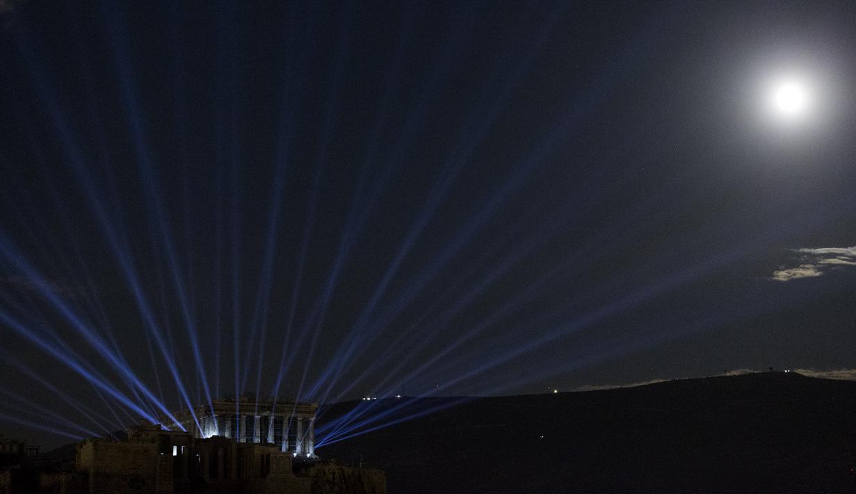 Acropolis dan Parthenon terlihat diterangi dengan sistem pencahayaan baru di Athena, Yunani (30/9/2020). Sistem pencahayaan baru di Acropolis dan Parthenon tersebut, yang menggunakan perlengkapan pencahayaan LED berdaya rendah, diluncurkan pada Rabu (30/9). (Xinhua/Marios Lolos)
