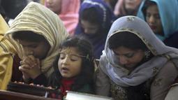 Umat Kristen Pakistan melaksanakan Misa Natal di sebuah gereja di Peshawar, Pakistan, Rabu (25/12/2019). Berdasarkan sensus penduduk pada tahun 1998, umat Kristen di Pakistan berjumlah sekitar satu persen dari keseluruhan penduduk. (AP Photo/Muhammad Sajjad)