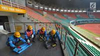Petugas PLN Distribusi Jawa Barat memeriksa jaringan kabel saat pelaksanaan Apel Kesiapan Pasokan Listrik dan Petugas di Stadion Pakansari, Bogor, Selasa (7/8). Kegiatan itu untuk menyambut kesiapan PLN jelang Asian Games 2018. (Merdeka.com/Arie Basuki)